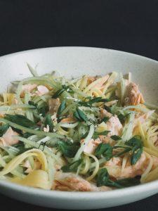 салат с огурцом и филе лосося