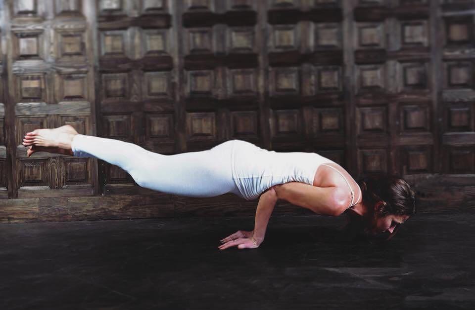 поза павлина в йоге