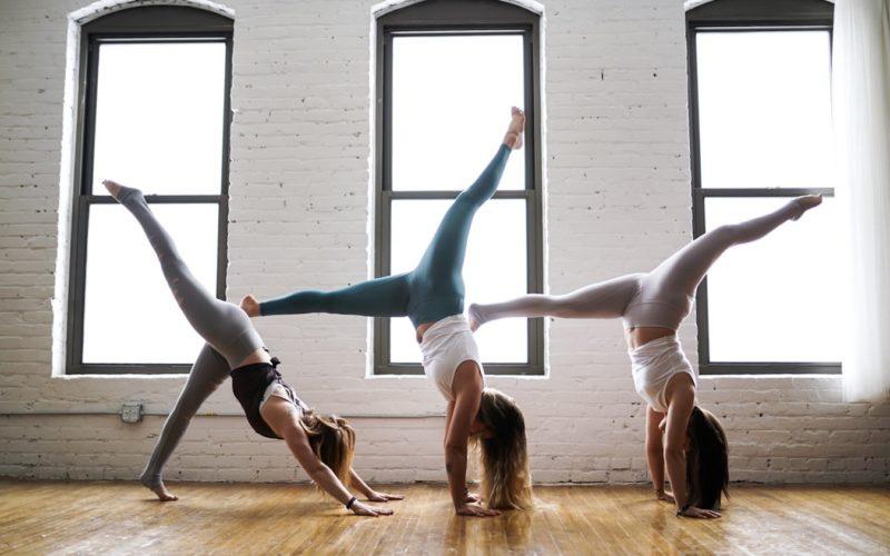 девушки практикуют йогу