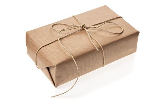 подарок в крафтовой бумаге