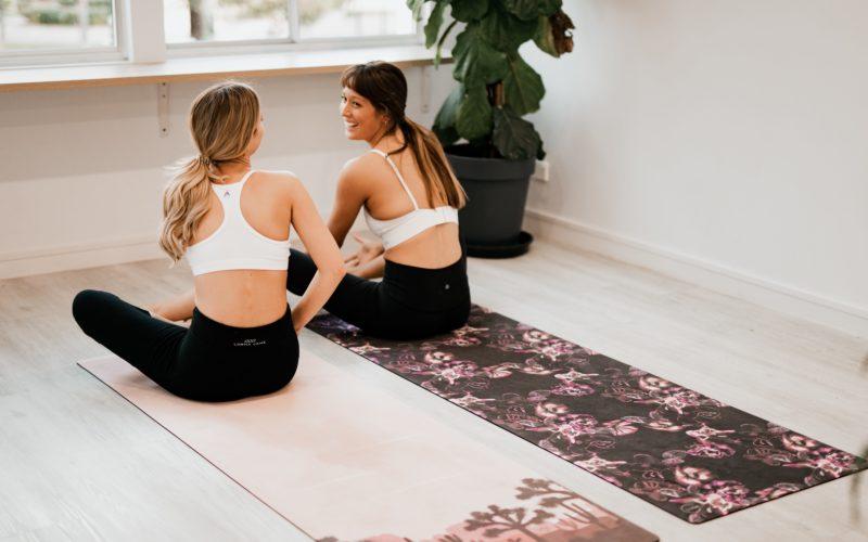 девушки на йоге